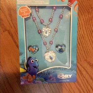 Little girl finding Dory jewelry set